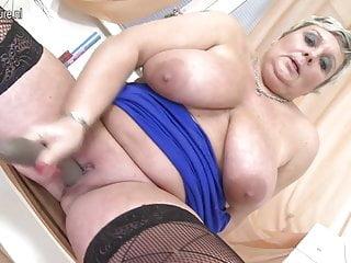 Nonna con grandi tette e vagina affamata
