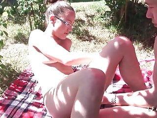 Jeune et jolie brunette baisee dans jardin par son beauf