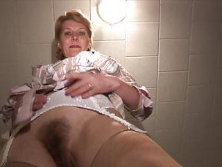 Splendida bionda matura milf in calze con figa pelosa