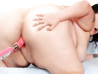 Lustful Fat Girl Valhalla Lee Spreads Her Legs for a Machine