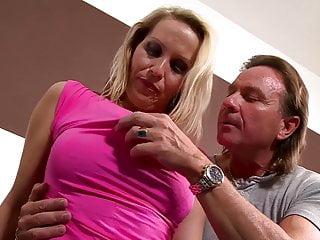 Julia Pink die neue Nachbarin stellt + fickt vor....