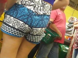 Upshorts na novinha na fila do supermercado polpinha  bunda