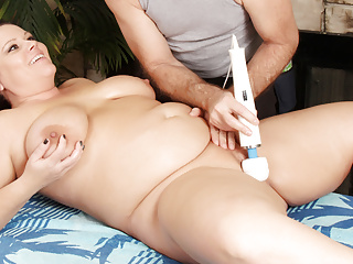 Plumper mommy crystal valentine enjoys toying after rubdown...
