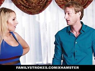 FamilyStrokes Sexy Teen ottiene un piccolo aiuto da Step Mom