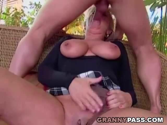 Szőke anyuka a fiával szexelt