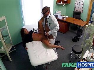 FakeHospital Teen modello cums per il medico di rimozione del tatuaggio godono