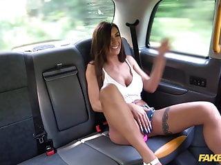 假出租車性感黑髮公主賈斯和她的大山雀性交