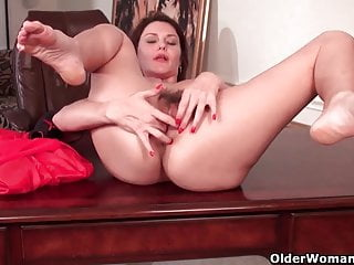 Sexy milf con grandi tette lavora la sua figa pelosa