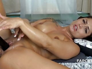 Hot wife puts hitachi right in pussy and cums with squirt