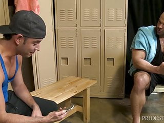Menover30 two hunks match on grindr in locker...