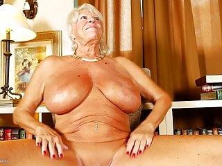 Vecchia nonna con tette enormi e corpo abbronzato