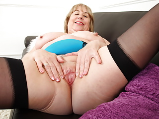 English gilf works her wet fanny dildo...