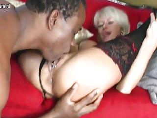 Elegante mamma matura prende un grosso cazzo nero