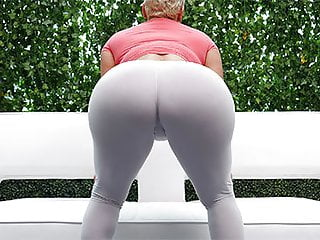 MILF with perfect thick fat ass does anal and is creampied!