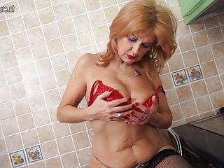 Super hot nonna mostra il corpo hot e si masturba