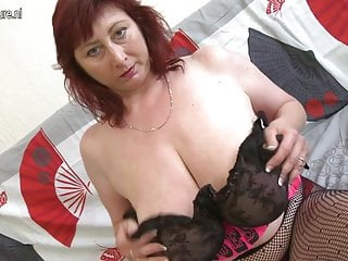 La mamma hot ama mostrare il suo super rack