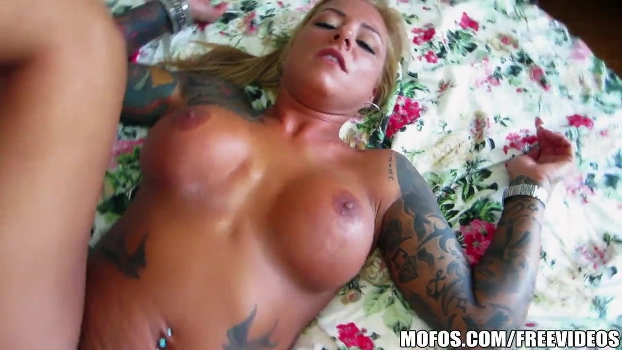 Sexy blonde MILF makes her first sex tape