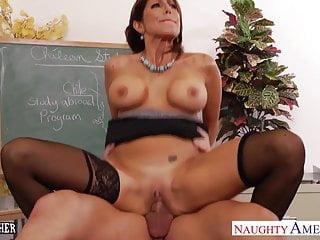 La calorosa insegnante Tara Holiday scopa con il suo giovane studente