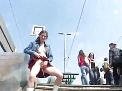 Magyar lány a zsúfolt metró feljáró mellett pisilt a lépcsőre