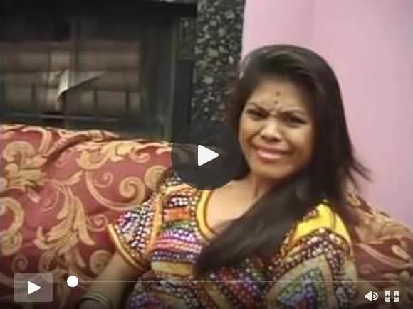 छोटे स्तन बड़े बट के साथ भारतीय एमआईएलए कुतिया