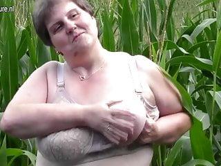 Mamma grassa e grassa lo fa in un campo di grano