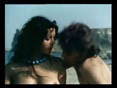 Mulata cachonda corriendo en la playa (Brunete runs in beach