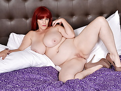 Huge titted BBW Roxee Robinson gets aroused in hotel room