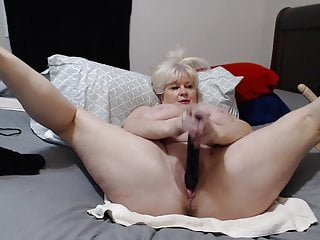 Old whore jerks off her working cunt