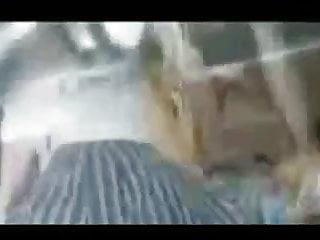 Mujer con vibrador en la calle