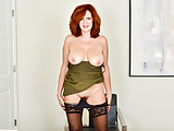 American milf Andi James puts her fingers to work
