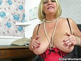 English milf Alisha Rydes gives her cunt a treat
