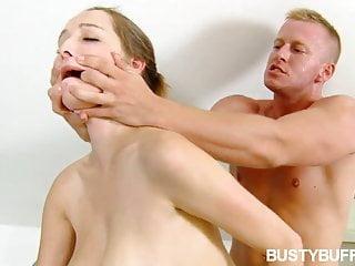 Busty Buffy deepthroats scopa dopo una vasca idromassaggio