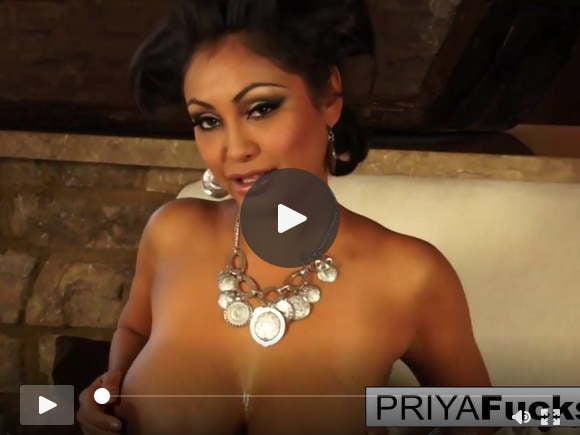 भारतीय एमआईएलए प्रिया तब उसके सेक्सी गीले छेद को छेड़ती है