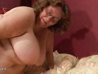 Mamma dal seno enorme che gioca con il suo giocattolo