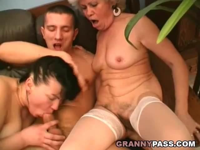 Családi szex videó az anyukával és a barátnőjével szex videó