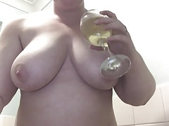 Perverz anyuka a nagy melleire öntötte a pohárban tárolt pisit