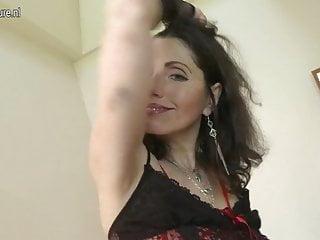 Sexy mamma matura lavora la sua figa pelosa