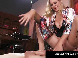 Ragazzo giocattolo viene soffocato dalla glamour milf Julia Anns Pussy