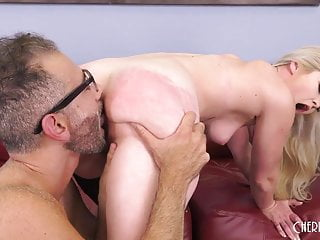 Blonde beauty pounded hard in live show t...