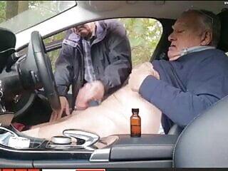 Opa wichst im Auto