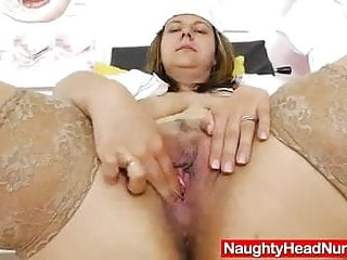 Zralá žena je hezká a mokrá