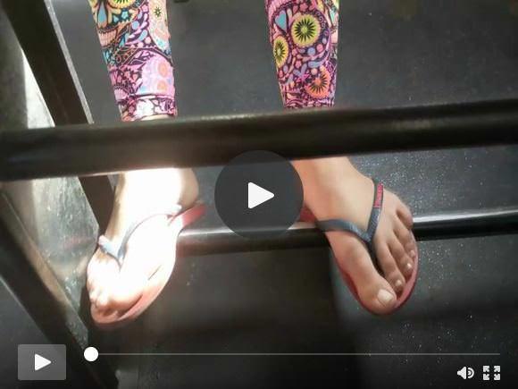 सार्वजनिक बस में किशोर लड़की के पैर