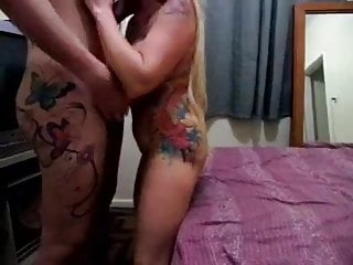 Travesti fodeu esposa na frente do marido
