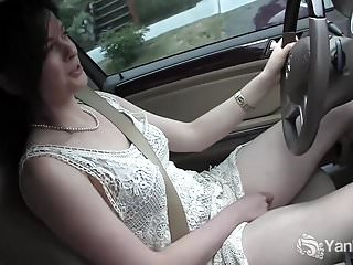 Yanks Cutie Savannah Sly si masturba in macchina