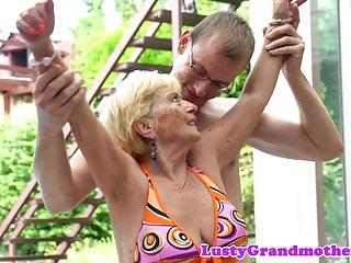 Adorabile nonna sbattuta a pecorina