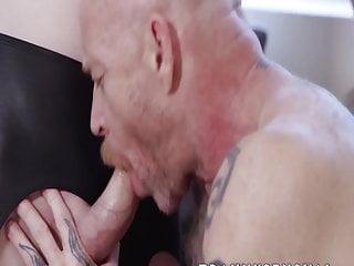 Sensual tranny sticks it in his man pussy...