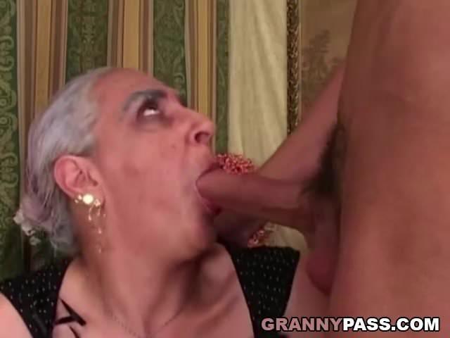 Roma anyuka szopja fia farkát szex videó