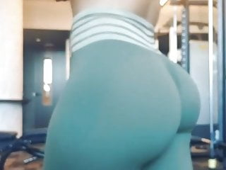 Booty jiggle in tights