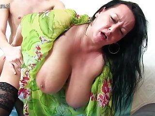 Mamma dal seno grosso scopa e succhia un ragazzo