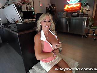 Wifey succhia due cazzi per ottenere sborra tette